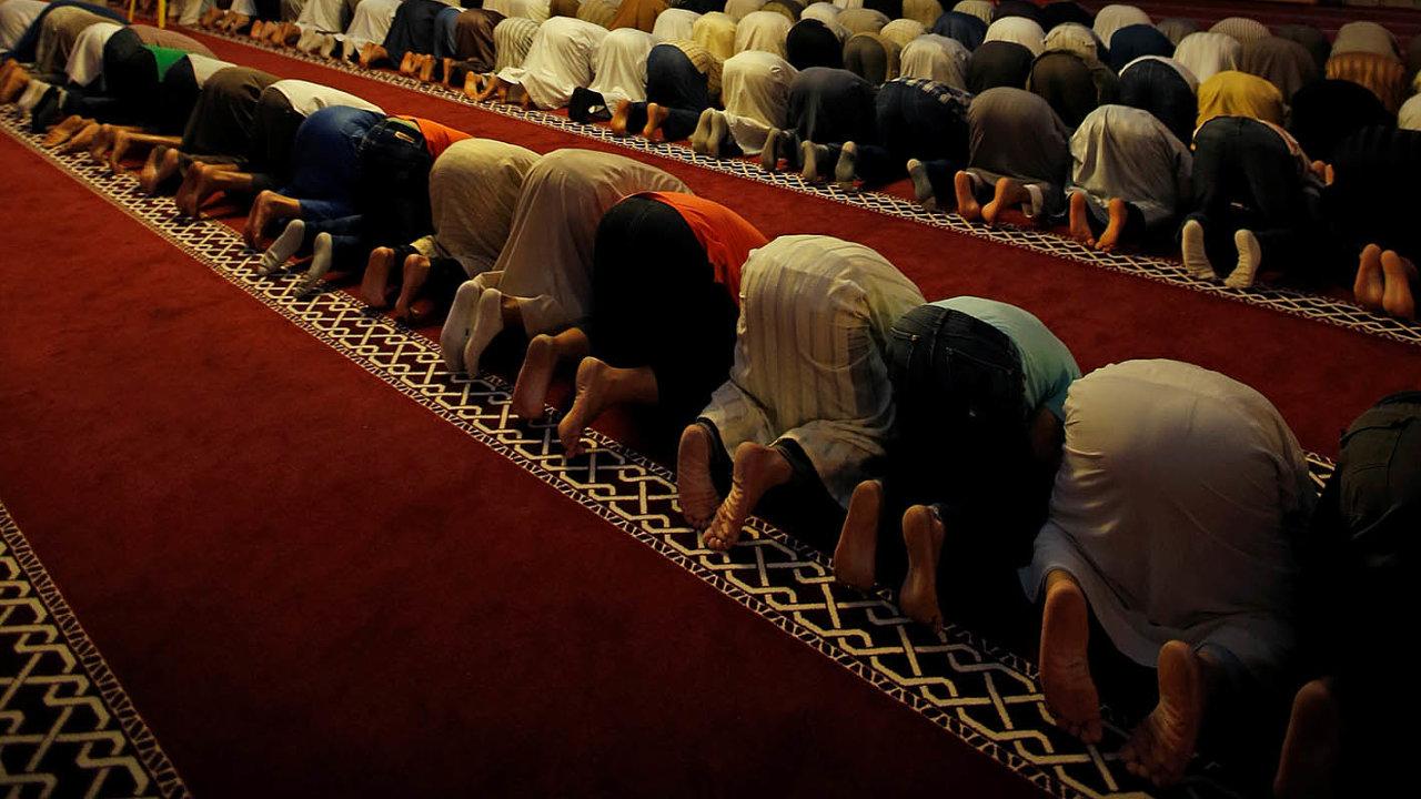 Pět až šest milionů. VeFrancii žije největší muslimská komunita vzápadní Evropě.