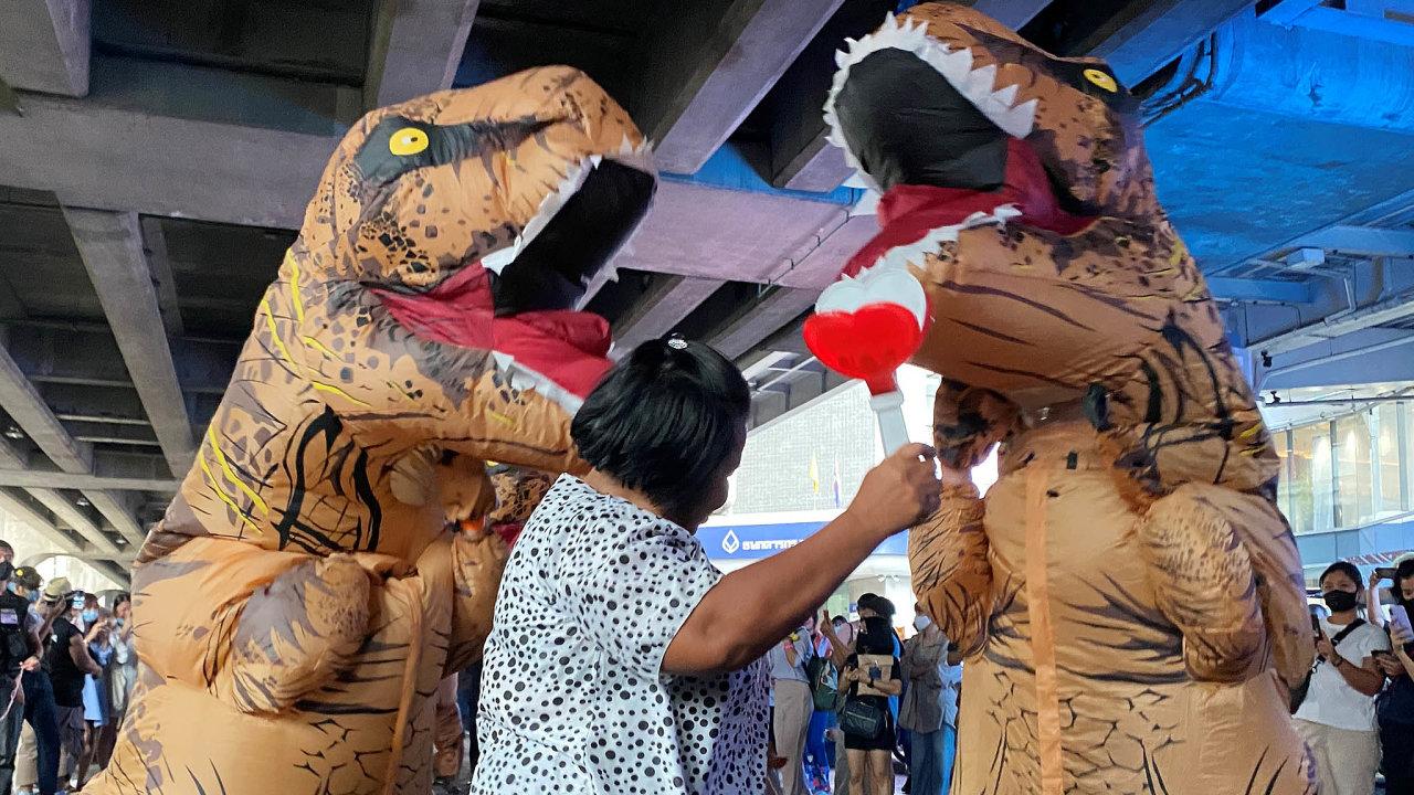 Do ulic Bangkoku vyšli nedávno protestovat studenti v neobvyklých kostýmech. Sebe přirovnali k meteoritu, který thajské