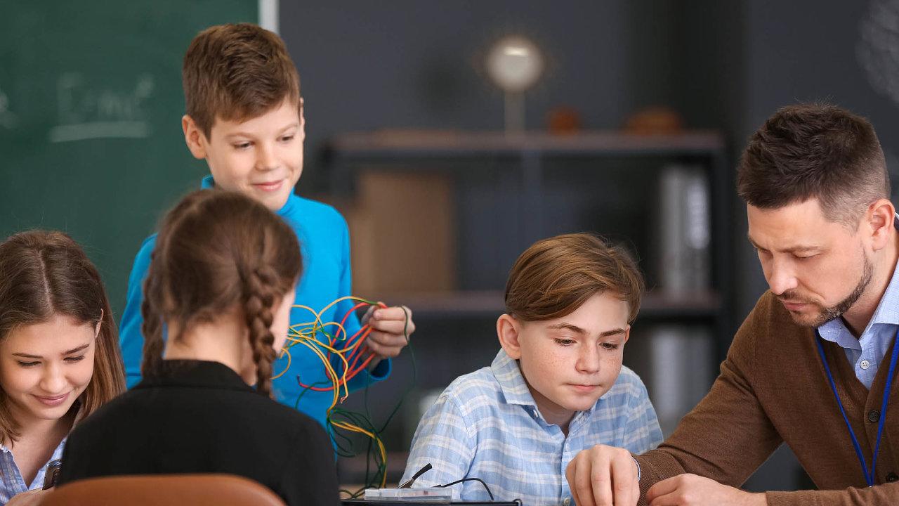 Fyzika terčem škrtů. Ministerstvo školství chce navýšit počet hodin informatiky nazákladních školách. Proto škrtalo vosnovách jiných předmětů. Nejvíce škrtů bylo vefyzice.