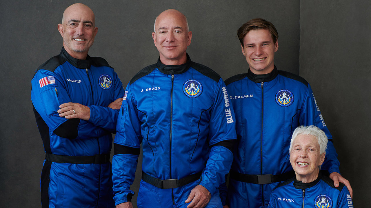 První posádka lodi New Shepard se skládá z nejbohatšího muže světa a jeho bratra, nejstarší astronautky a nejmladšího astronauta.