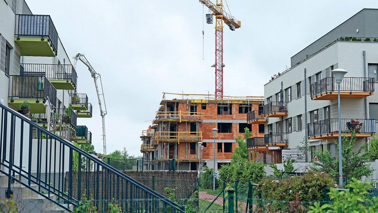 Nemovitosti podražují–Jedním zdůvodů zvyšování cen nemovitostí vČesku je ipomalá výstavba, kterou zdržuje především přemíra byrokracie.