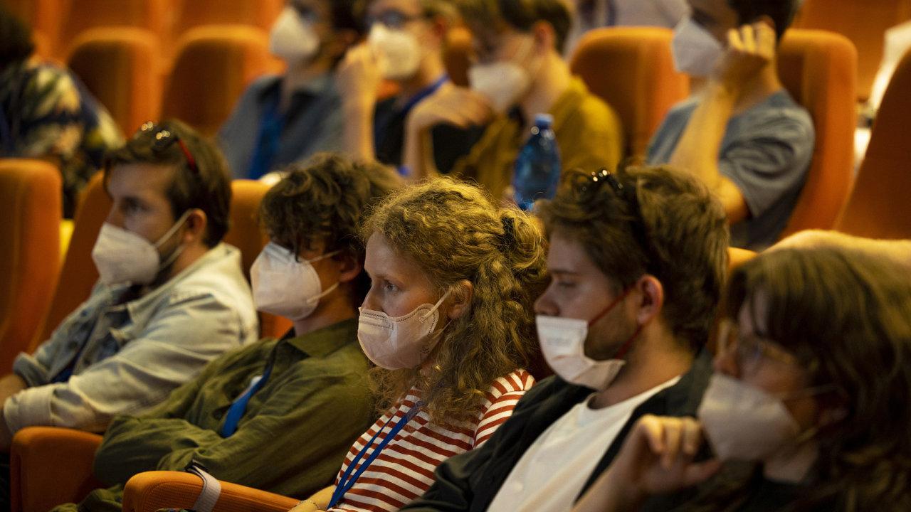 Během promítání musí mít diváci dle vládního nařízení nasazený respirátor.