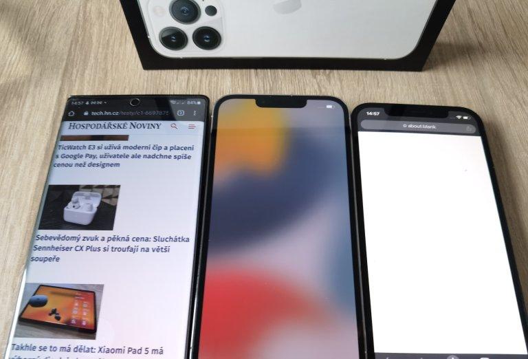 """iPhone 13 (uprostřed) má menší výřez v displeji než iPhone 12, ale telefony s Androidem proti tomu staví už několik let miniaturní """"průstřely"""""""