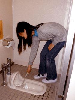 Úklid školních toalet, zdroj: Japan Times, Mayumi Saito