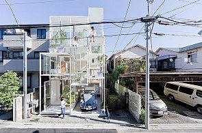 Japonský architekt navrhl vilu složenou z krychlí. Bydlí se v ní jako na stromě