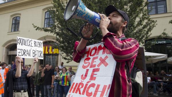 Putna (vlevo) na Prague Pride s transparentem, kter� pobou�il prezidenta Zemana
