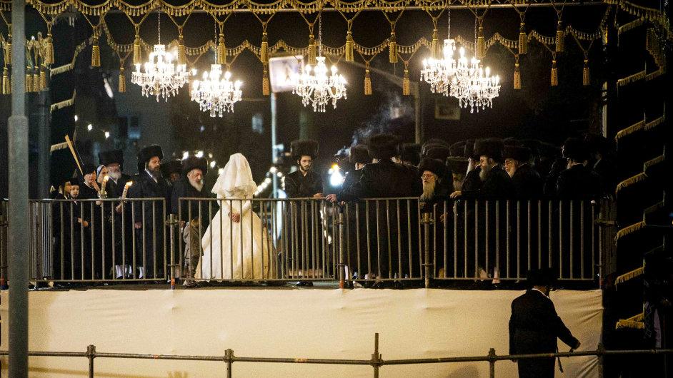 Ortodoxní židovská svatba v Jeruzalémě.