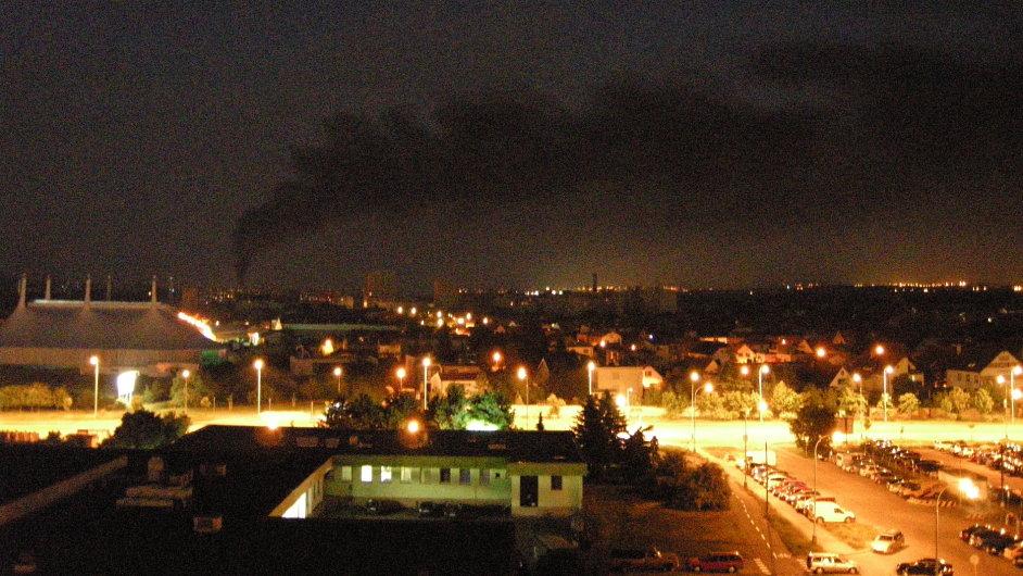 požár u Kunratického lesa připravil část Prahy o elektřinu