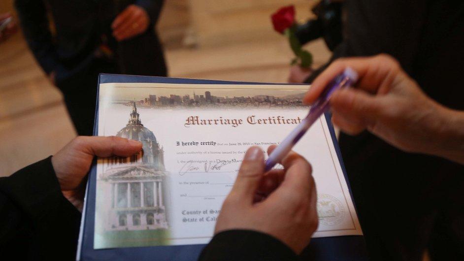 Svědek podepisuje oddací list právě sezdaných lesbiček v Kalifornii, krátce po zrušení zákazu homosexuálních sňatků