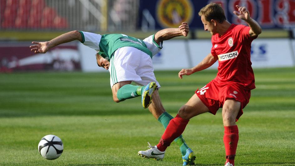 Radek Šírl (vlevo) padá po ataku Aloise Hyčky