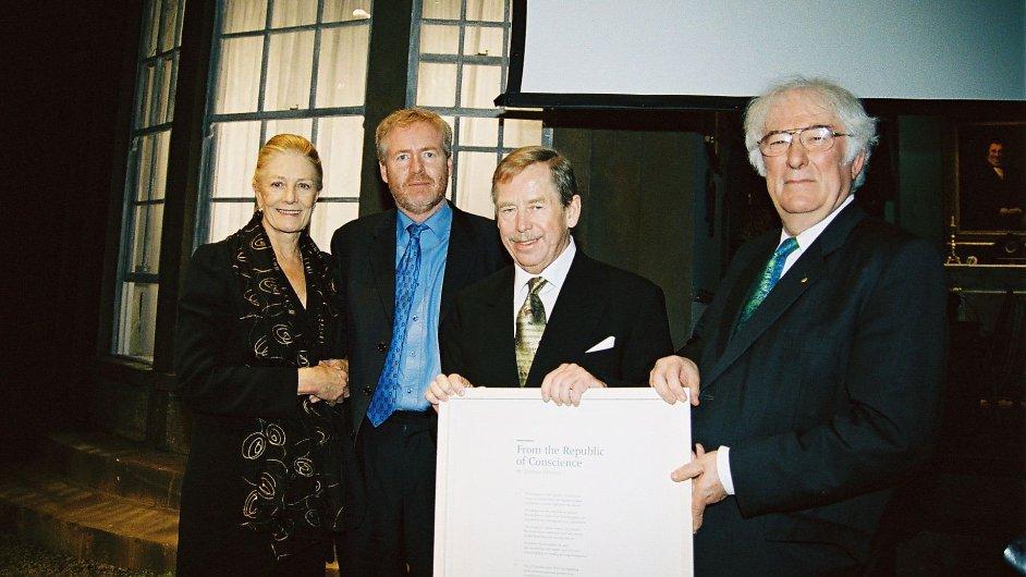 Zleva herečka Vanessa Redgrave, šéf Art for Amnesty Bill Shipsey, prezident Václav Havel a básník Seamus Heaney v Dublinu roku 2003.