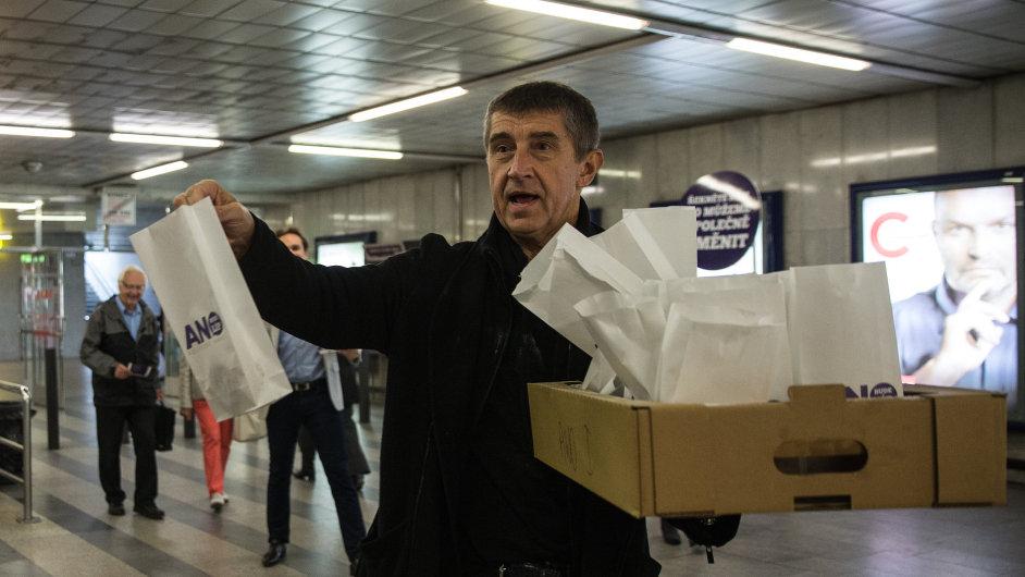 Lídr hnutí ANO 2011 Andrej Babiš v rámci kampaně například rozdával koblihy.
