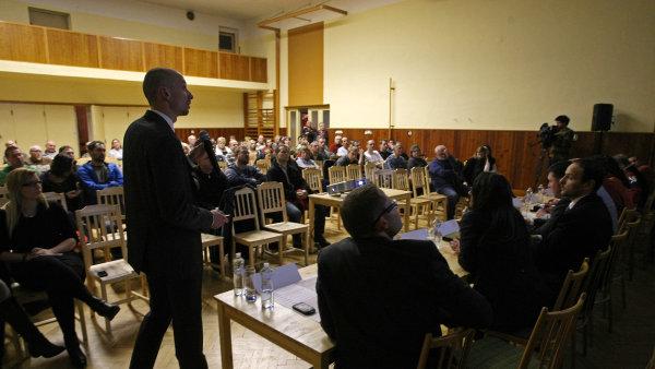 Ředitel developerské společnosti Panattoni Pavel Sovička během debaty o stavbě haly Amazonu v Dobrovízi.