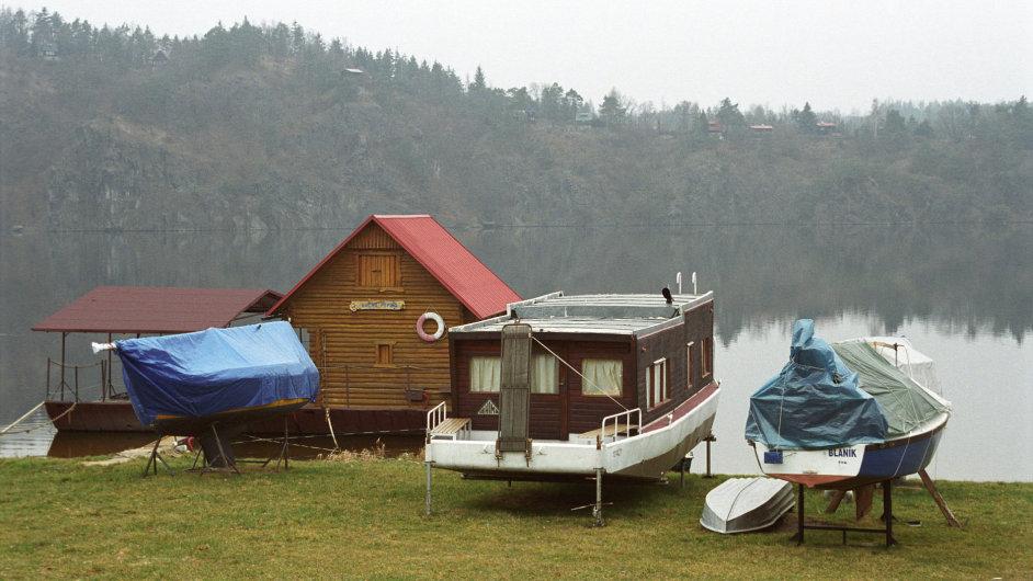 Chatka u přehrady Slapy. Ilustrační foto.