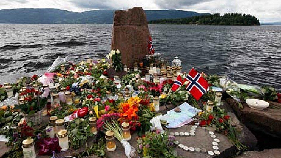 Květiny a svíčky na památníku u ostrova Utøya
