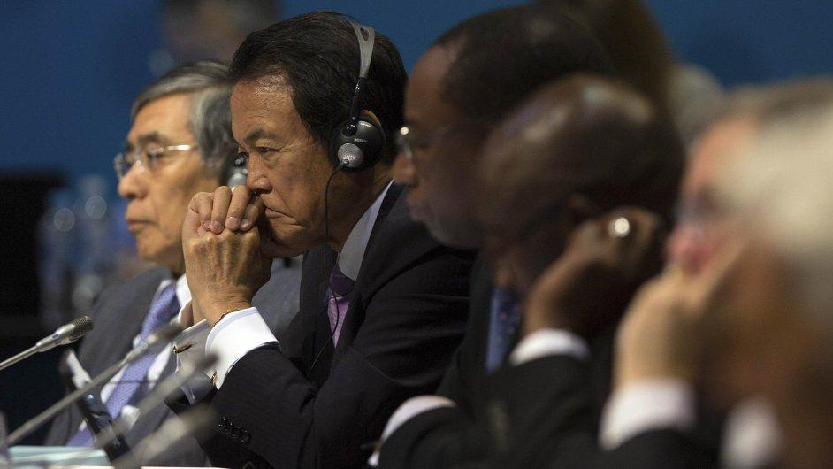 Japonský ministr financí Aso (druhý zleva) sedí vedle guvernéra japonské centrální banky Kurody (vlevo) během zasedání delegátů G20