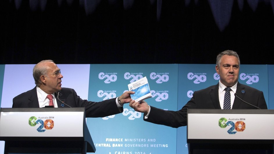 Vrchní sekretář OECD Angel Gurria společně s australským ministrem financí Joe Hockeym (vpravo) během zasedání zemí G20 v australském Cairns.
