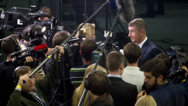 Andrej Babiš v obležení novinářů ve volebním štábu hnutí ANO