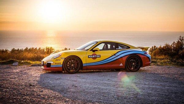 Porsche obl�klo sv� modely do legend�rn�ho dresu st�je Martini