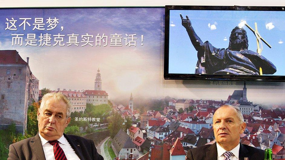 Prezident Miloš Zeman a český velvyslanec v Číně Libor Sečka navštívili 24. října expozici České republiky na Západočínském mezinárodním veletrhu v Čcheng-tu.