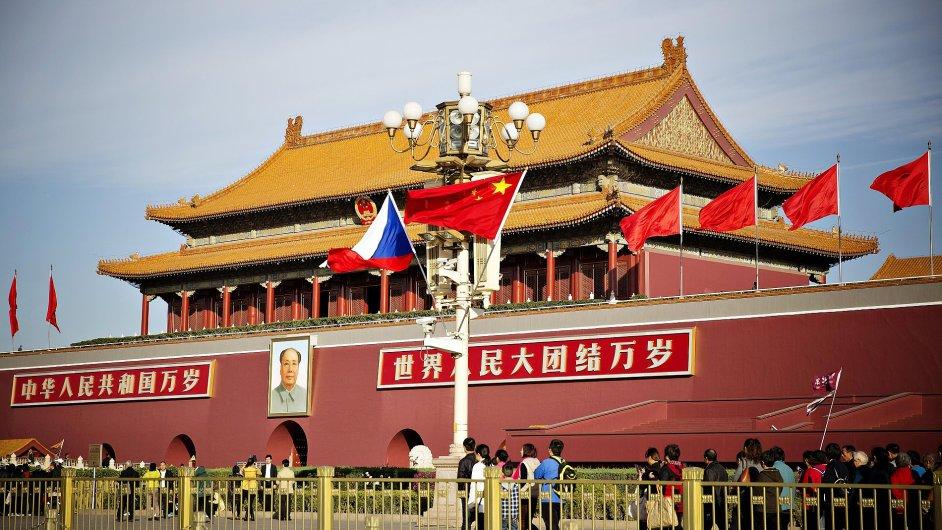České a čínské vlajky zdobily 26. října náměstí Nebeského klidu.