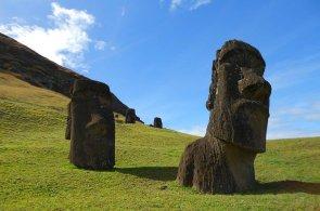Pupek světa proslavily hlavy s tělem v zemi. Němí svědci dávné historie