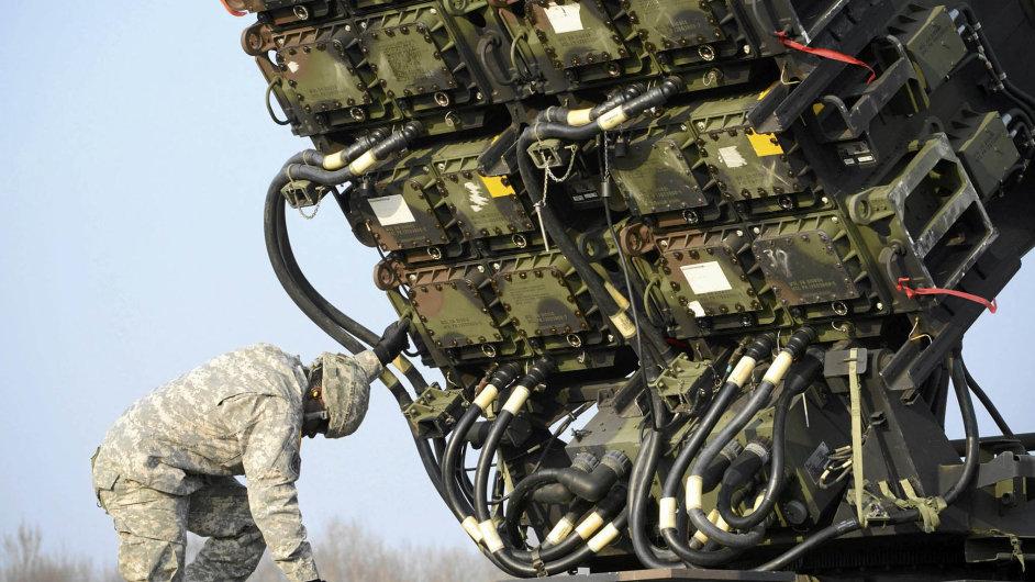 Žádaný Patriot. Polští a američtí vojáci zkoušejí protiraketový systém Patriot 21. března na vojenském cvičišti Sochaczew nedaleko Varšavy.
