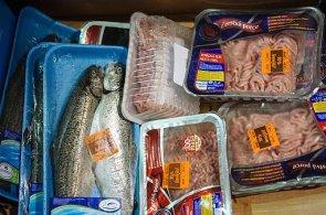 Konec vyhazování jídla. Francouzské supermarkety budou muset dát potraviny charitě