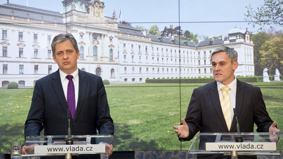 Jiří Dienstbier už zná jméno nového šéfa Agentury pro sociální začleňování. Má jím být dosavadní zaměstnanec ministerstva vnitra Radek Jiránek (vpravo).