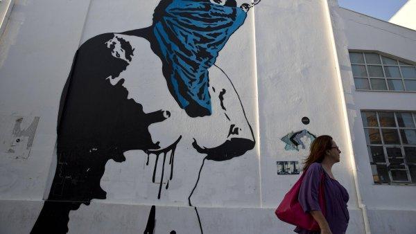 �eck� krize je i na at�nsk�ch zdech. Graffiti ukazuj� na frustraci obyvatel