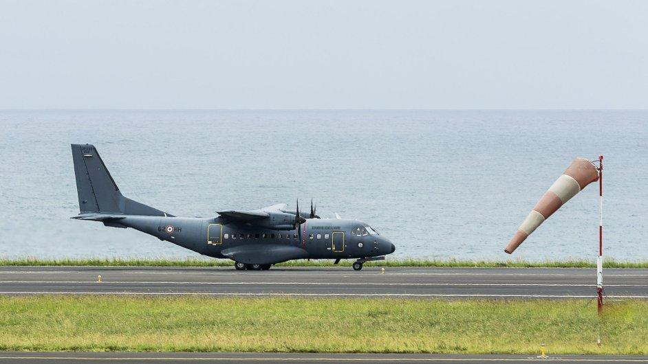 Francouzské vojenské letadlo bude další týden pátrat po dalších troskách letu MH370.