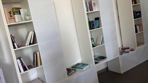 Miniknihovna s českou literaturou v centru Pao na adrese Vasilkivska 34 v Kyjevě.