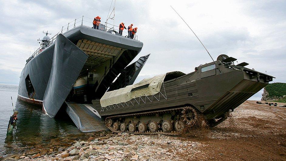 Ruská armáda nacvičuje na souši i na moři.