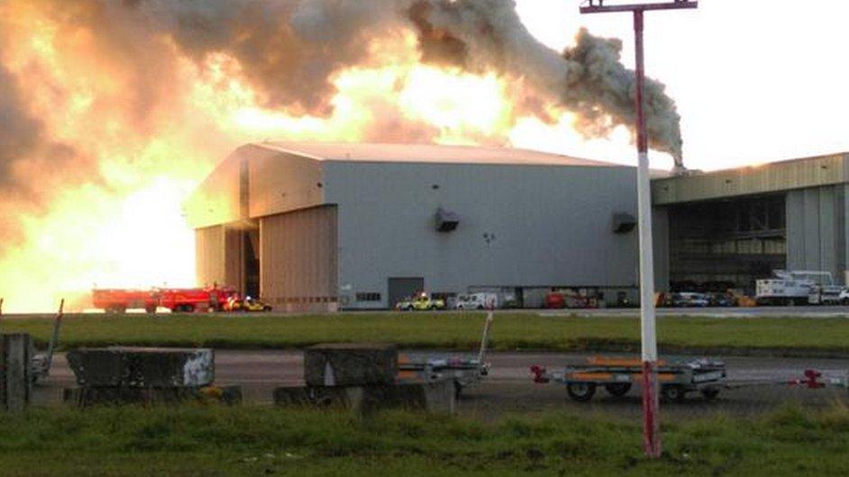 Na letišti v Dublinu hoří letecký hangár.