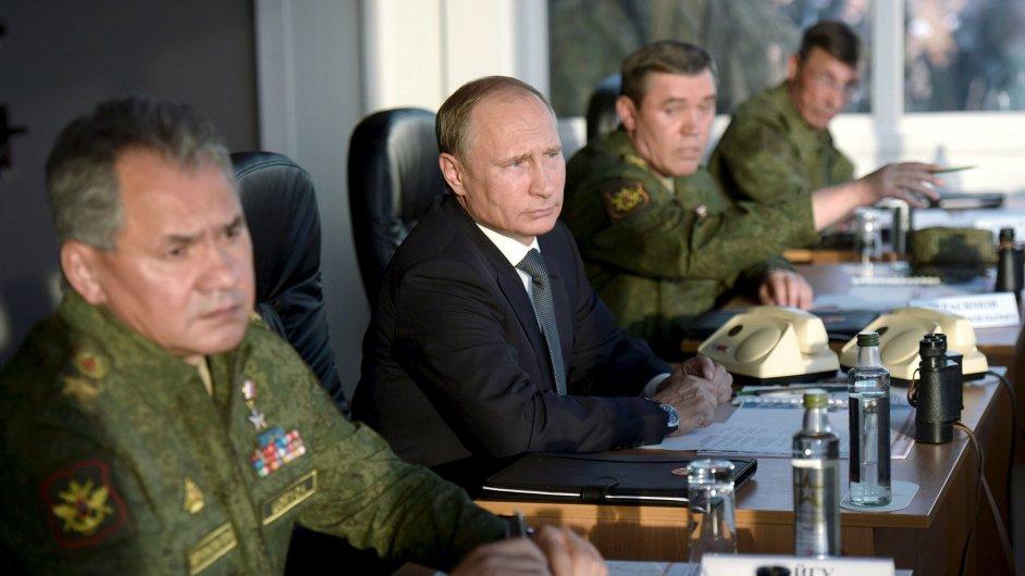 Ruský prezident Vladimir Putin se svým ministrem obrany Sergejem Šojguem (nalevo).