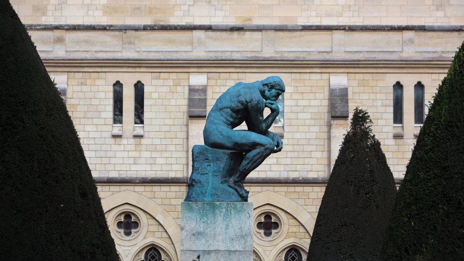 Na snímku ze zahrady Rodinova muzea v Paříži socha Augusta Rodina nazvaná Myslitel.
