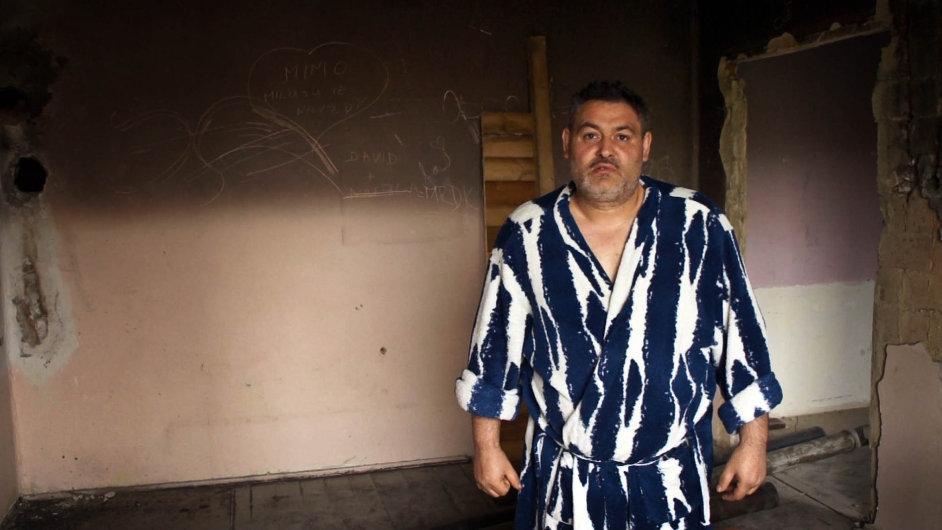 """""""Žiju s cigánama a mám je rád, i když to nejsou žádní andílci a ani je tak nechci ukazovat,"""" vzkázal před distribuční premiérou filmu režisér Tomáš Kratochvíl."""