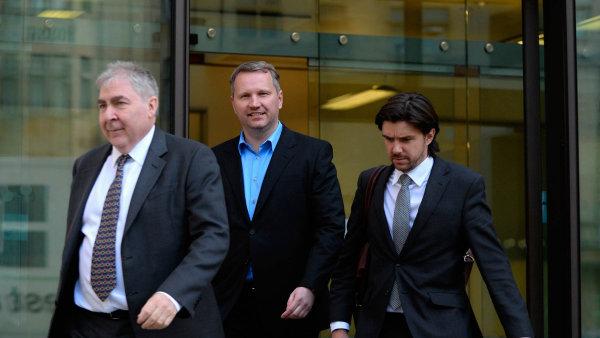 Spokojeně odsoudu:František Savov (uprostřed) vzdoruje vLondýně úspěšně vydání do Česka.