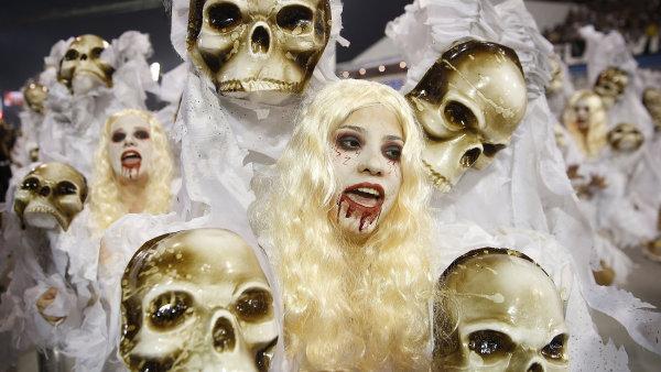 Tane�n�ci ze �koly samby Gavioes de Fiel se p�edv�d�j� b�hem masopustn�ho pr�vodu v Sao Paulo.