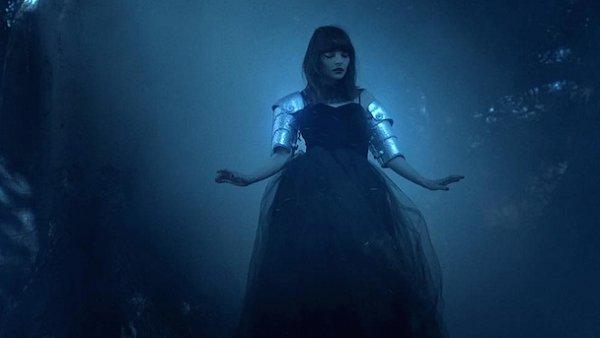 Skotsk� elektropopov� kapela Chvrches uvolnila videoklip ke sv� p�sni Clearest Blue.