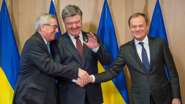 Jean-Claude Juncker, Petro Poro�enko a Donald Tusk.