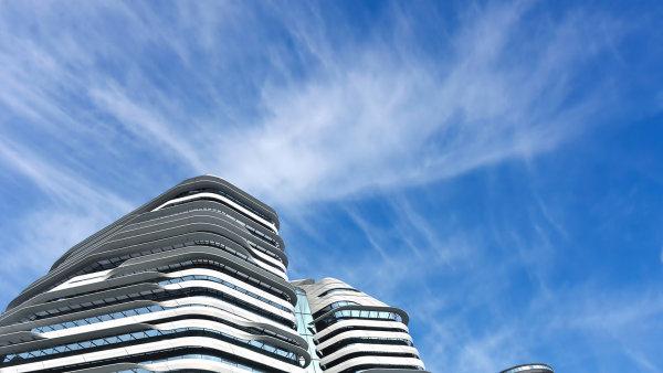 Na snímku je budova Jockey Club Innovation Tower, která podle návrhu Zahy Hadid vznikla v Hongkongu.