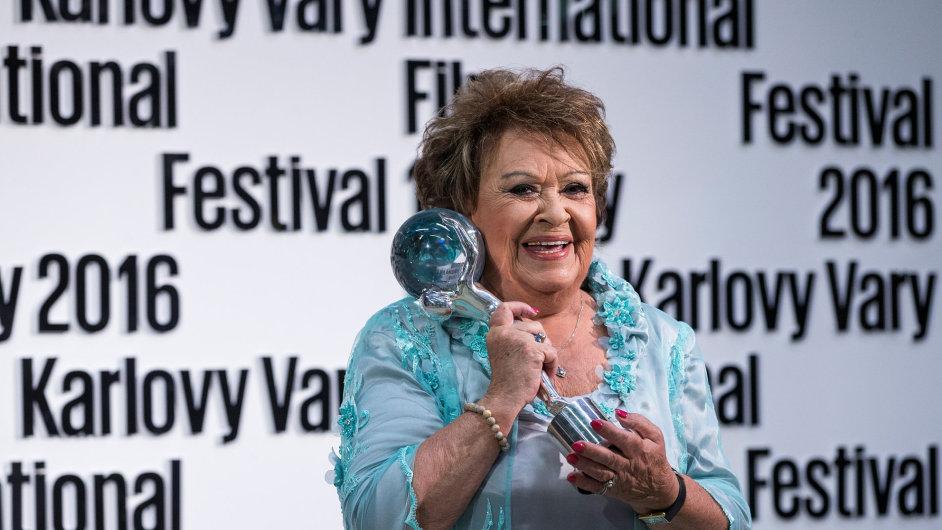 Cenu prezidenta festivalu převzala Jiřina Bohdalová, která v květnu oslavila pětaosmdesátiny. Na kontě má osmdesát filmů a zhruba stejný počet rolí v televizních snímcích a seriálech.