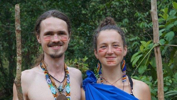 Veronika Dobešová se svým manželem v ekvádorském pralese.