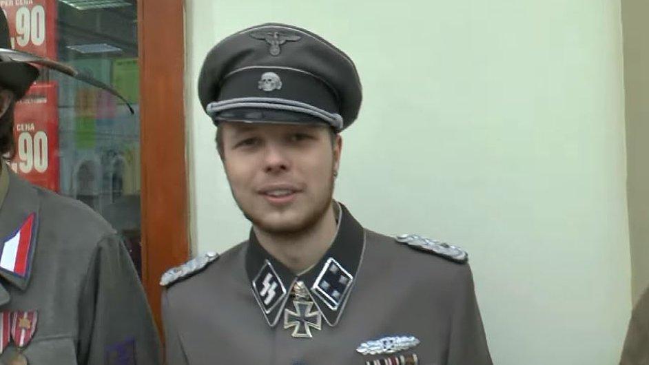 Obrana podala trestní oznámení kvůli muži v uniformě SS.