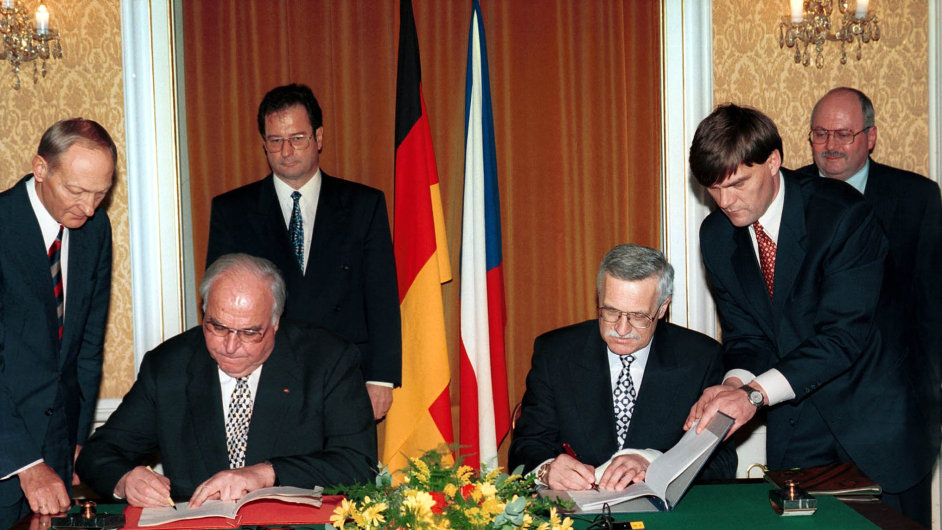 21. leden 1997: Německý kancléř Helmut Kohl (vlevo) ačeský premiér Václav Klaus podepisují deklaraci, vpozadí stojí ministři zahraničí Německa Klaus Kinkel (druhý zleva) aČR Josef Zieleniec.