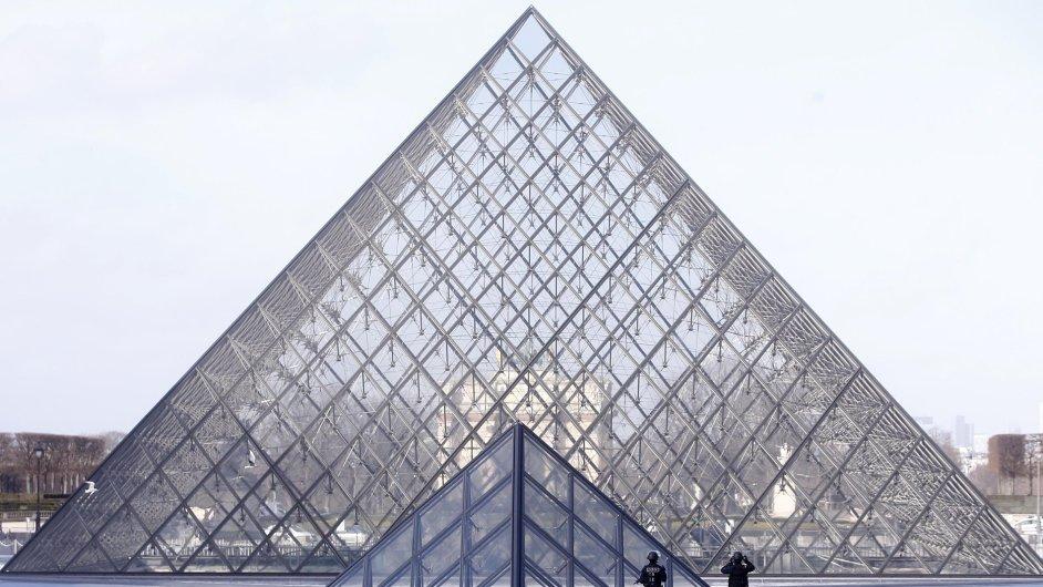 Francie, Paříž, Louvre, útok