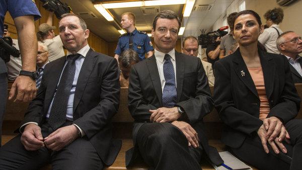 Zatím bylo nepravomocně odsouzeno 11 osob v čele s exhejtmanem Davidem Rathem. Na snímku s Petrem Kottem a Kateřinou Kottovou Pancovou.