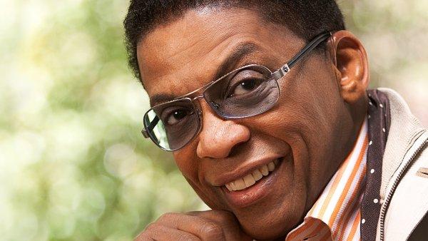 Festival 9. listopadu ve Foru Karlín uzavře vystoupení jednoho z nejznámějších žijících jazzových klavíristů Herbieho Hancocka.