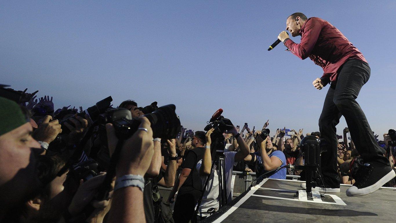Snímek z koncertu Linkin Park.